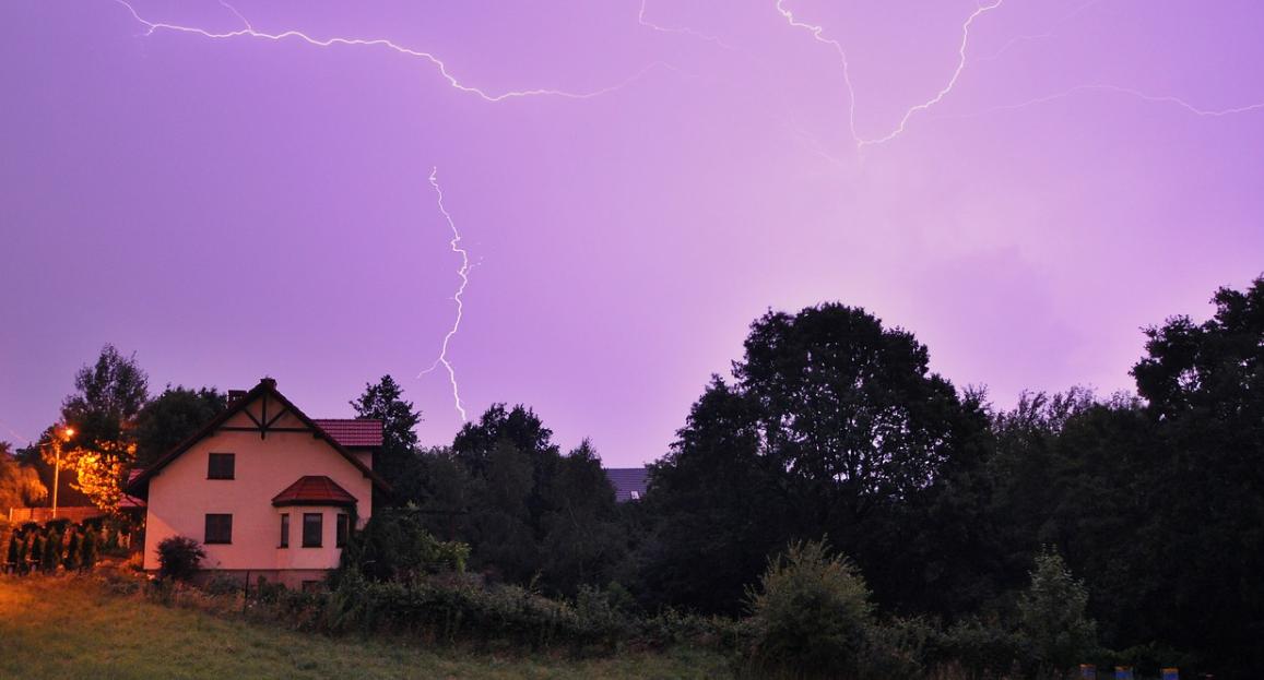 dům a bouře