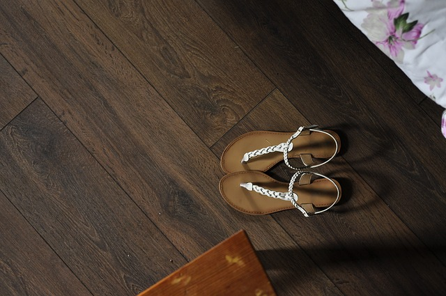 dřevěná podlaha, sandály