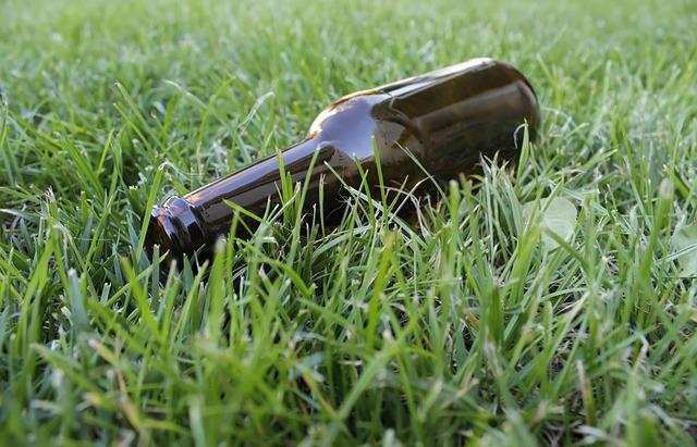 láhev v trávě