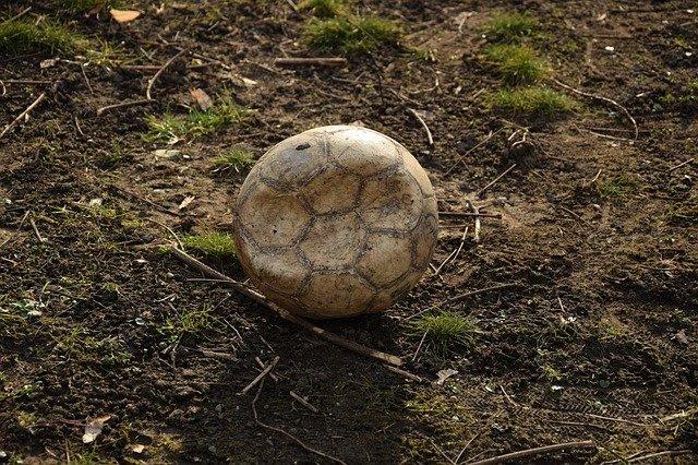 zničený míč