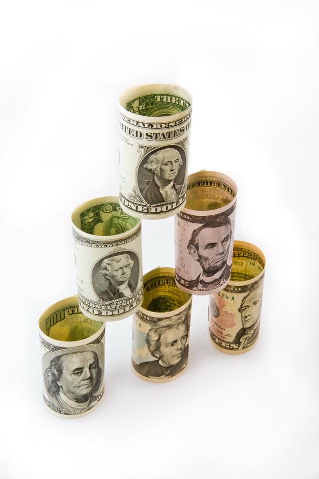 pyramida ze stočených dolarovek.jpg