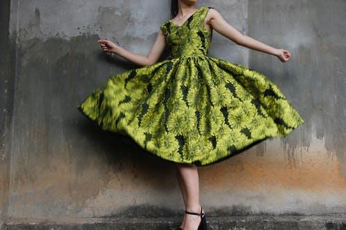 Šaty pro kterékoliv roční období i všechny druhy postavy. Objevte kouzlo áčkových šatů! featured image